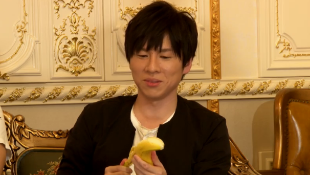 バナナを食べる赤羽根健治さん